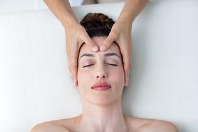 vecteezy_physiotherapist-doing-head-mass