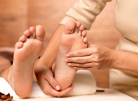 vecteezy_massage-of-human-foot-in-spa-sa