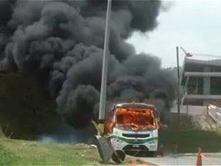 Un bus quemado y actos de vandalismo por paro armado en Medellín