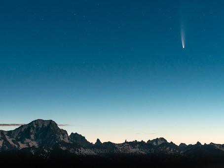 La comète Neowise survolant le Mont-Blanc