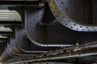 Metallkonstruktion under bron / Metal construction under bridge