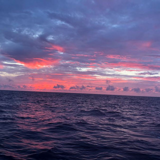 Den Sonnenuntergang sehen wir hinter uns.