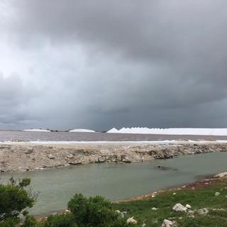 Aus grossen terassenförmig angelegten Wasserreservoirs wird Salz gewonnen. Aufgeschüttet zu grossen Halden wartet es auf die periodische Verschiffung...