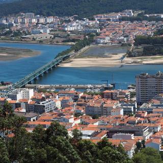 Blick von der Wallfahrtskirche auf dem Hausberg über Viana do Castelo ..