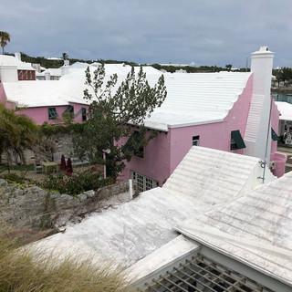 Typische Gebäude im Dorf, farbige Gebäude, weisse Dächer.