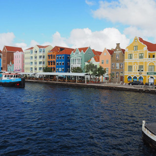 Die Häuserzeile von Punda - Wahrzeichen von Willemstad - von der Queen Emma Pontoon Bridge im geschlossenen...