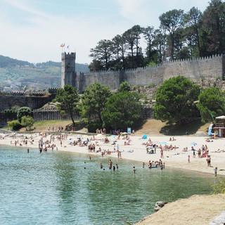 Gut frequentierter Strand unterhalb der Burgmauer.
