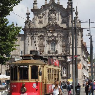 Typisches Tram vor der Igreja Sao Franciso.