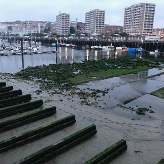 Der Hafen von Boulogne-sur-Mer bei Ebbe