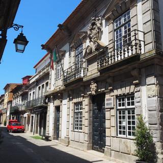 ... säumen die engen Gassen Viana do Castelos.