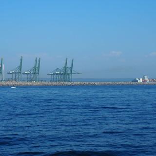 Die ersten Etappen des grossen Industriehafens sind gebaut. Industrie und Tourismus vertragen sich (noch).