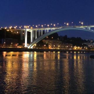 Die Brücke vom Hafen aus bei Nacht.
