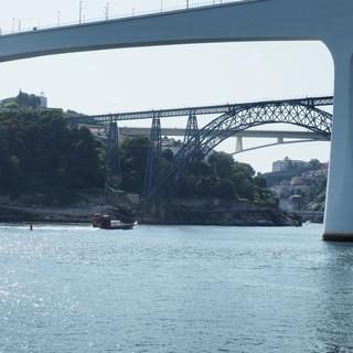 Porto zählt verschiedene Brücken; sie überqueren den Douro wegen der steilen Hänge in luftiger Höhe.