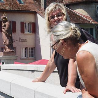 Schwestern vor dem Nepomuk auf der Brücke über den Doubs in St. Ursanne.