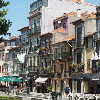 Strassenszene in der Innenstadt Portos.