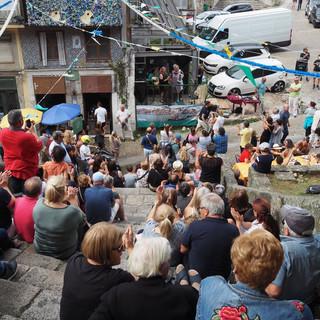 Lokale Fado-Vorführung zieht zahlreiche Besucher an.