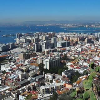 Herrlicher Blick auf die Altstadt und Skyline von Gibraltar.