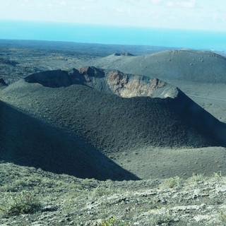 ... mit Blick auf einen Krater ...