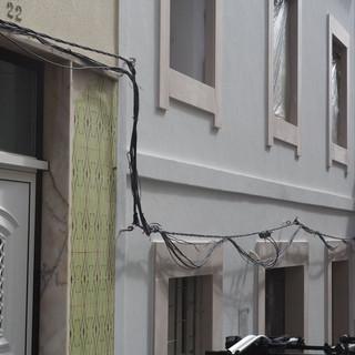 In allen Orten sehenswert: Die Verlegung von Kabelsträngen an den Hauswänden.