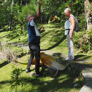 Unser Guide erklärt, wie die Ureinwohner der Insel ihre Hausdächer mit Palmblättern bedeckten.