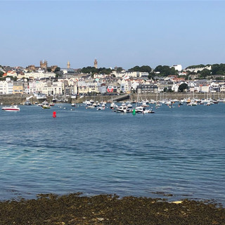 St. Peter Port auf Guernsey bei Niedrigwasser