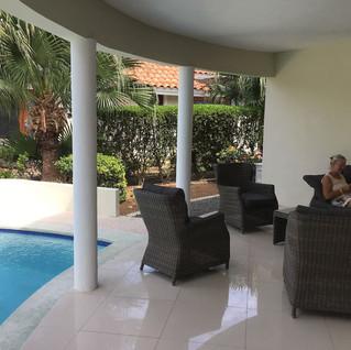 ... schattiger Aussensitzplatz mit Pool ...