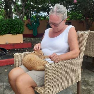 Während Suzanne ihren Aperitif genoss, machte es sich ihr neuer Freund, der Brennerei-Kater, auf ihrem Schoss bequem und liess sich verwöhnen...
