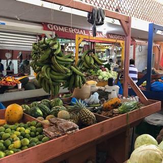 Einheimische Früchte und Gemüse auf dem Markt ...