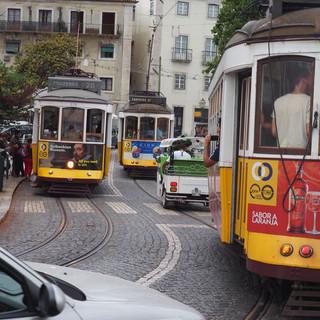 Trams, Tuk-Tuks und Autos teilen sich die engen und steilen Strassen.