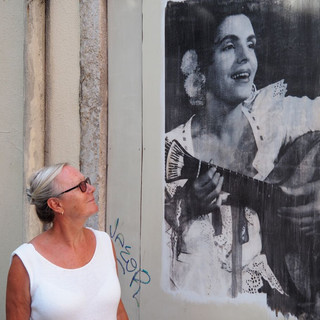 Mouraria: Suzanne unter einem Fassadenbild der Fado-Sängerin Amalia Rodrigues