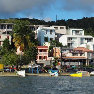 Lebendige Szene am Ufer der Bucht
