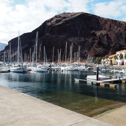 Respekt erheischte der gewaltige Felsen hinter dem Hafen.