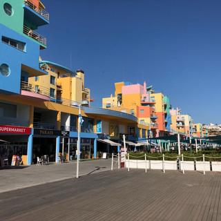 Farbenfrohe Touristensiedlung an der Marina.