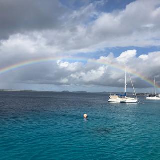 ...und einem Regenbogen am Himmel.