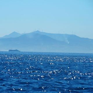 Dunst verdunkelt den Blick auf das Atlasgebirge und die Schiffe auf der Strasse von Gibraltar.