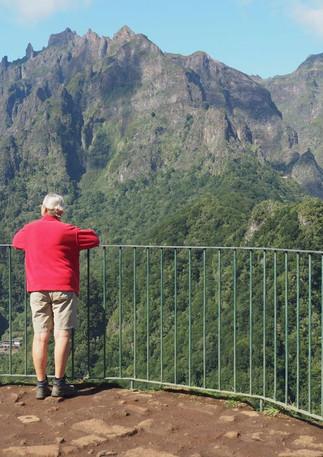 Blick von einer Aussichtsterasse auf umliegende Berggipfel - fast wie in der Schweiz.