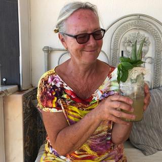 Suzanne und ihr exotischer Longdrink im Adlerhorst