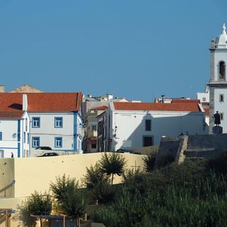 Vasco da Gama (ganz rechts vor dem Kirchturm) blickt aufs Meer.