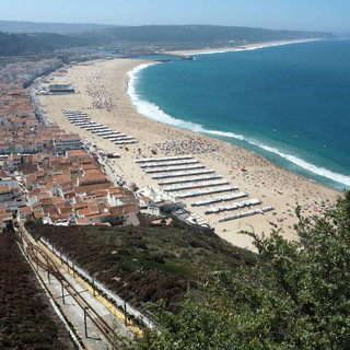 Die Unterstadt von Nazaré und der Strand von oben