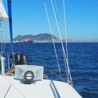 Der Fels von Gibraltar vor dem Bug