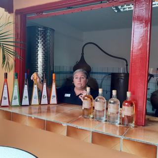 Ihr ganzer Stolz: Die speziellen Liköre und vier verschiedene Rum-Sorten. Im Hintergrund die kleinen Brennkessel, mit denen gebrannt wird.