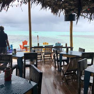 ...es sei denn, der Regen floss ungebremst durchs Palmendach, da blieb nur der Rückzug an die Bar.