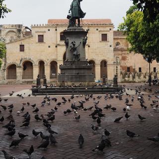 Seefahrer (mit Tauben) auf der Plaza Colon