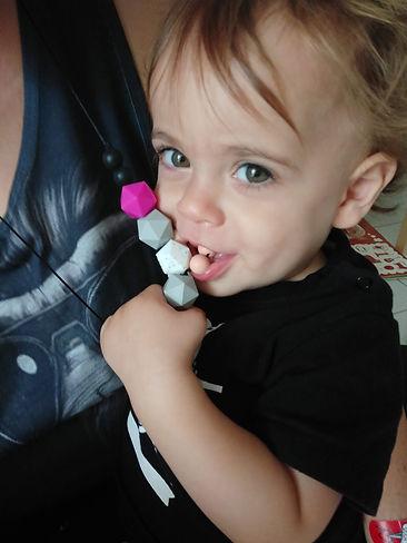 תינוק עם שרשרת נשכן