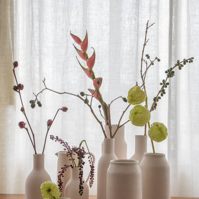 Conjunto de vasos e jarras em porcelana