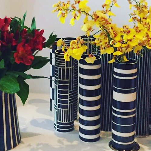 Vaso cilindrico em cerâmica preto e branco