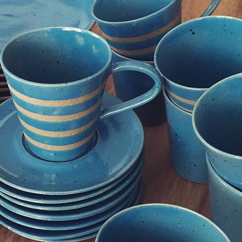 Xícara de chá com pires azul turquesa