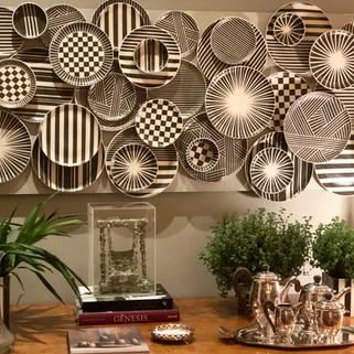 Painel de pratos em cerâmica (preto e branco)