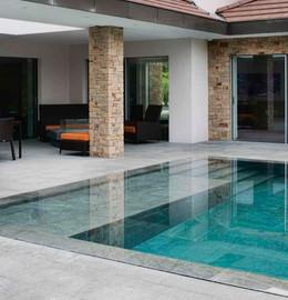 Une-piscine-contemporaine-a-dallage-et-m
