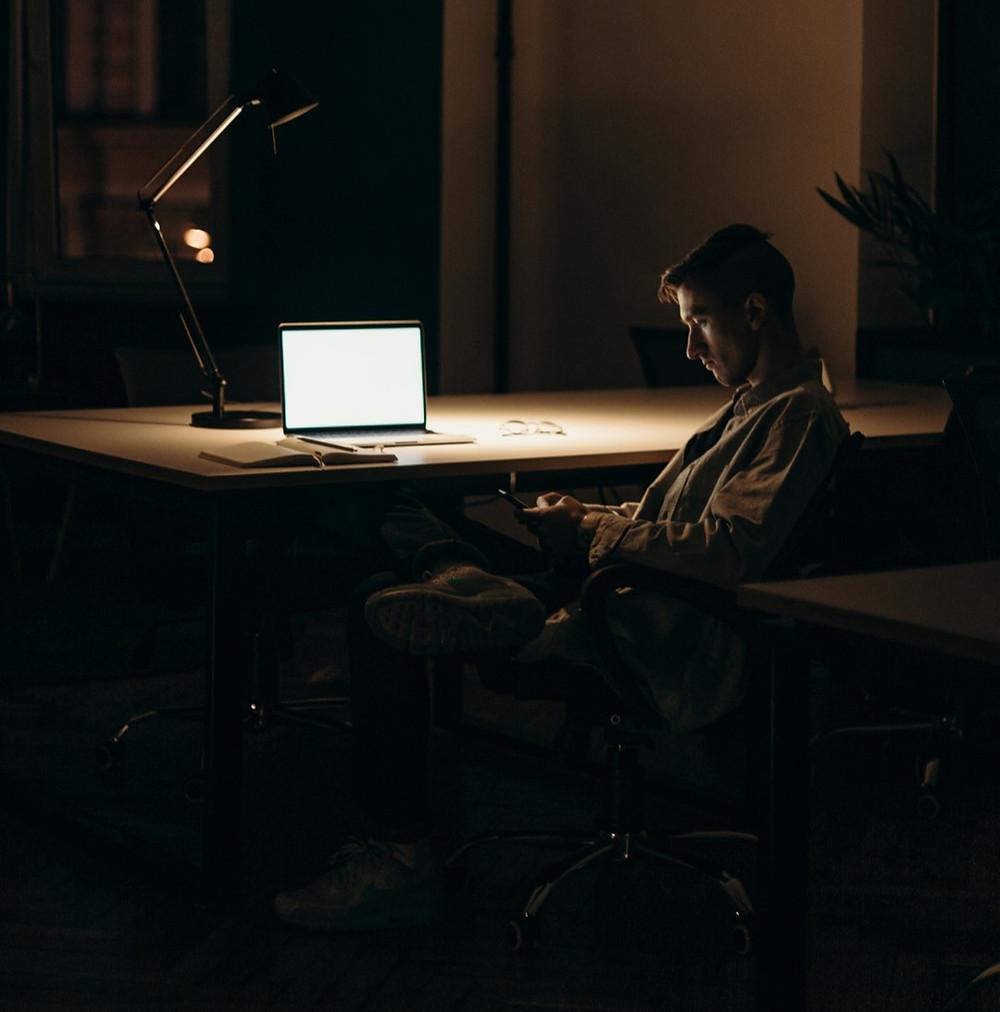 Hombre procrastinando
